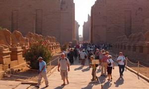 Viele Touristen besuchen in der beliebten Reisezeit Frühjahr/Herbst den Tempel von Karnak