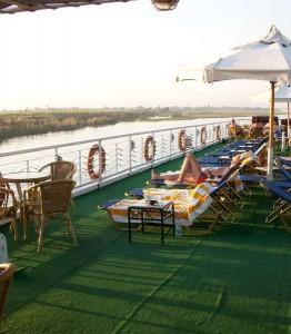 Auf dem Deck eines Nilkreuzfahrtschiffes