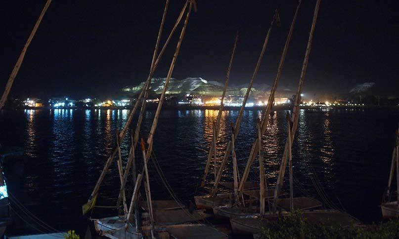 Luxor bei Nacht. Im Hintergrund die illuminierten Berge der Westbank