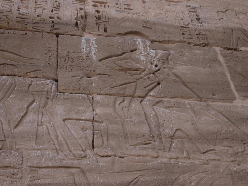 Die Reliefs an den Außenwänden waren voll mit Taubendreck