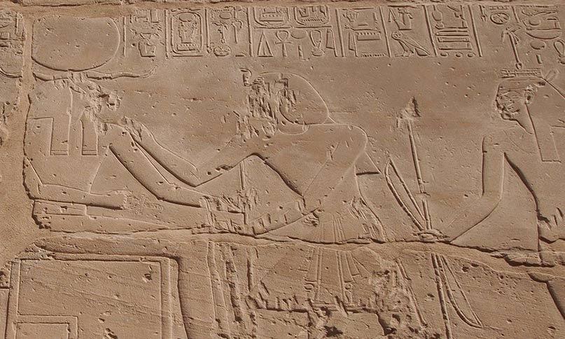 Sethos I. salbt den widderköpfigen Amun-Re, Herrscher von Theben. Hinter dem Pharao steht Waset, die personifizierte Göttin von Theben Tempel Sethos I., Theben-West Neues Reich, 19. Dynastie