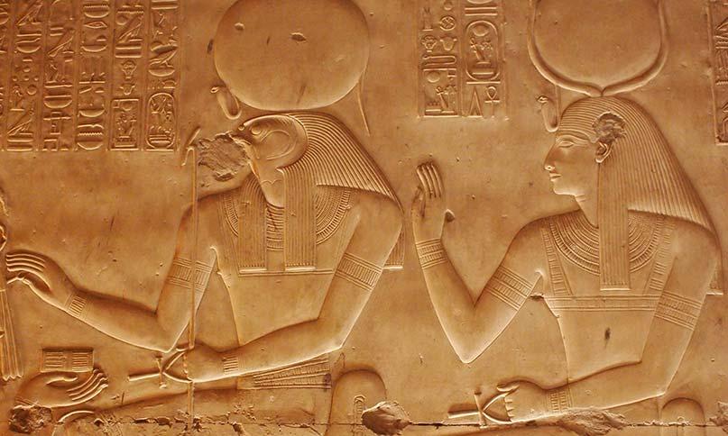Der falkenköpfige Re mit der Göttin Jusaas