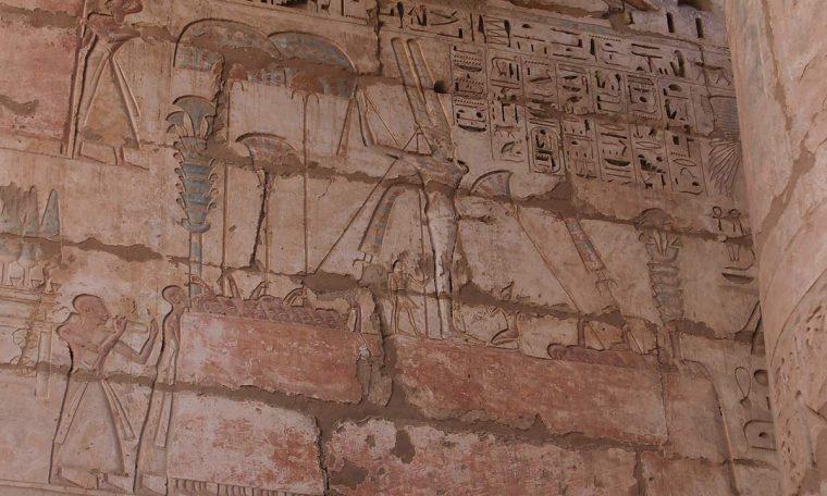 Das Relief zeigt des Fest des Gottes Min. In der Mitte steht die Statue des Gottes, unten die Priester- Links trägt eine Priesterprozession Lattichpflanzen, Symbol des Gottes Tempel von Medinet Habu, Theben-West Neues Reich, 19. Dynastie