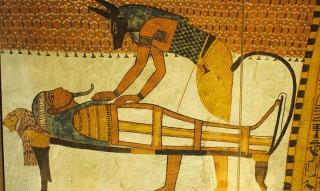 Priester mumifiziert den Grabherrn