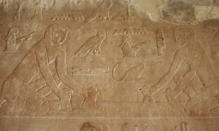Zwei Arbeiter plätten Papyrusstengel