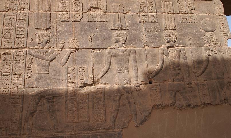 Kaiser Tiberius opfert vor den Göttern Arensnuphis, Thot von Pnubs und Tefnut Tempel von Philae, römische Zeit