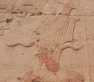 Die Atef-Krone eines Pharaos an der Außenwand des Tempels von Deir el-Bahari