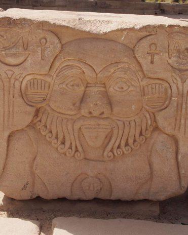 Wenn es um Kinderwunsch ging, war unter anderem der zwergengestaltige Gott Bes der Ansprechpartner Tempel von Philae griechisch-römische Zeit