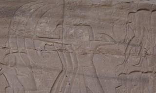 Bogenschützen, dahinter Soldaten einer ägyptischen Armee
