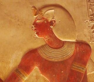 Sethos I. trägt in seinem Abydos-Tempel das Chat-Kopftuch