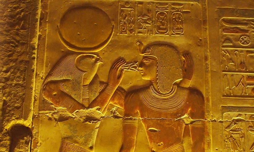 Der Gott Chons - hier mit Falkenkopf - hält dem Pharao ein ankh- und was-Symbol als Zeichen für Leben und Macht an den Mund Tempel von Abydos Neues Reich, 19. Dynastie