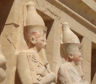 Die Doppelkrone trägt eine Statue der Königin Hatschepsut in ihrem Tempel in Deir el Bahari
