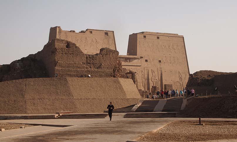 Pylone und Umfassungsmauer des Horus-Tempels in Edfu