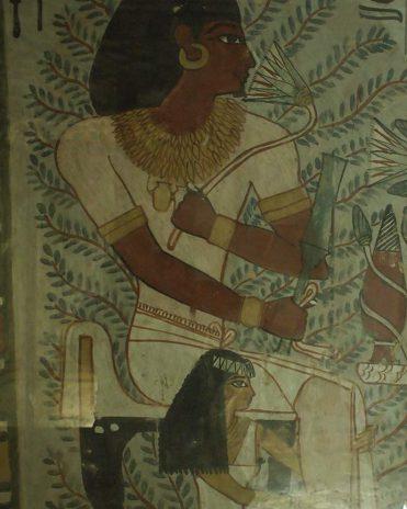 Die Ehefrau Sennefers kauert zu Füßen ihres Mannes Grab des Sennefer (TT96), Theben-West Neues Reich, 18. Dynastie