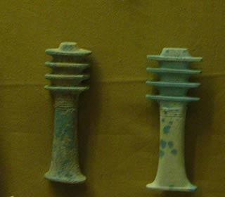 Zwei Djed-Pfeiler aus dem Sakkara-Museum