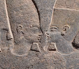 Der Gott Amun umarmt einen Pharao