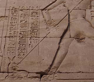 Ptolemaios X. Alexander I.spießt Seth auf, Tempel von Edfu
