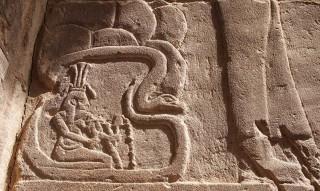 Der Nilgott Hapi sitzt in dem 1. Kararakt