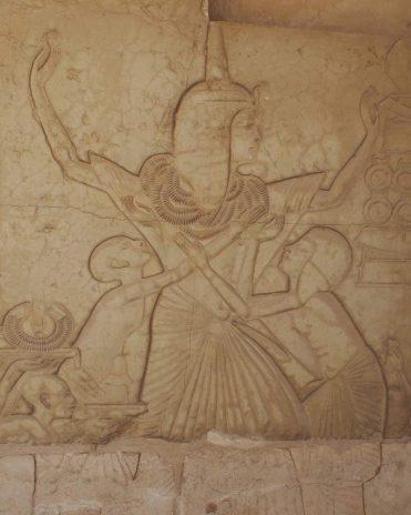 Eine Menge Ehrengold hängt um General Haremhabs Hals. Kein Wunder, dass er jubelnd die Arme in die Höhe streckt. Faksimilie im Grab des Haremhabs, Sakkara Original im Reichsmuseum Leiden Neues Reich, 18. Dynastie