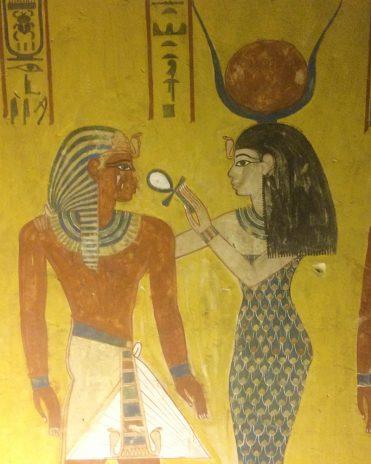 """'Hathor als """"Die Herrin ded Westens"""" hält Pharao Thutmosis IV. ein Ankh-Zeichen für ewiges Leben an die Nase Tal der Könige, Theben West Neues Reich, 18. Dynastie"""