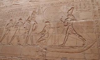 Szene aus dem Horus-Mythos im Tempel von Edfu