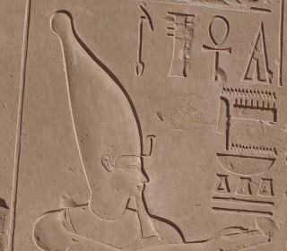 Thutmosis IV. mit der Krone Oberägyptens in seinem Peristylhof im Karnak-Tempel