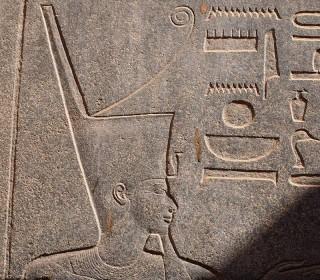 Pharao trägt die Rote Krone Unterägyptens (Rote Kapelle der Hatschepsut im Tempel von Karnak)