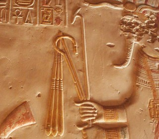 Hier trägt der Gott Osiris Krummstab, Wedel und Was-Zepter (Tempel von Abydos)