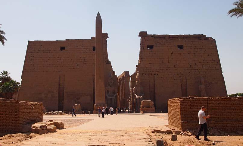 Außenfassade des Luxor-Tempels