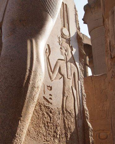 Ramses' Lieblingsfrau Nefertari auf einer seiner zahlreichen Statuen verewigt Tempel von Luxor
