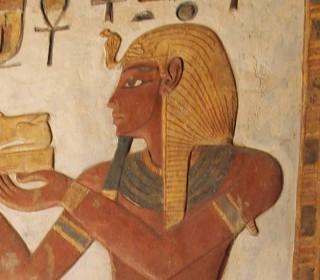 Ramses III. mit nemes im Karnak-Tempel