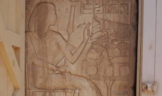 Maya vor einem Opfertisch