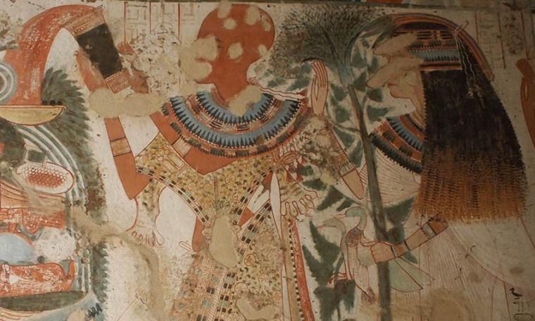 Die Frau des Userhat trägt eine aufwendig angefertigte Perücke, bei der im unteren Bereich sogar blonde Haare hervortreten Grab des Userhat (TT51), Theben-West Neues Reich, 18. Dynastie