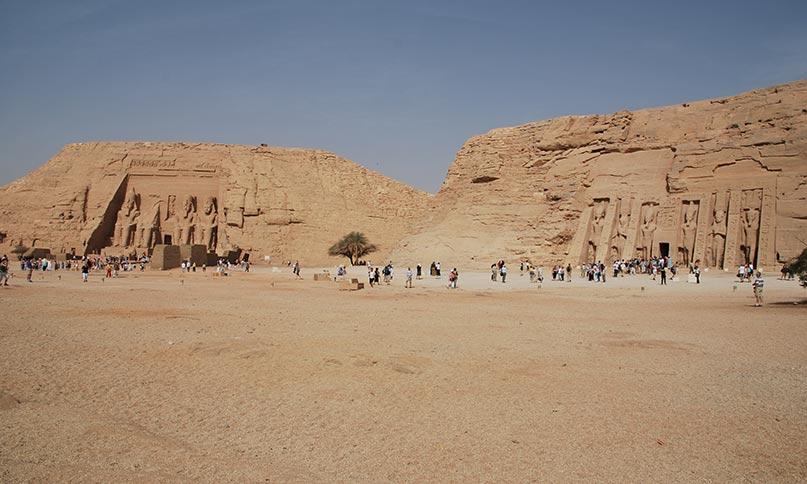 Der Tempel von Abu Simbel mit dem kleinen Tempel der Nefertari