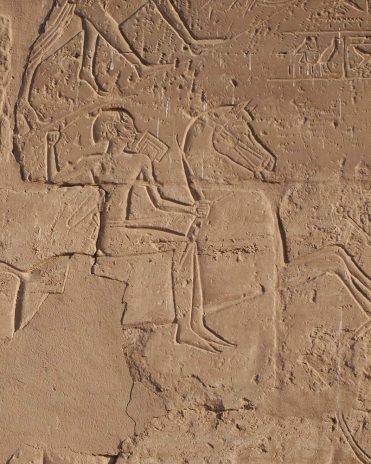 Eine der wenigen Darstellungen eines Reiters befindet sich an der Außenmauer des Luxor-Tempels. Die alten Ägypter bevorzugten den Streitwagen. Neues Reich, 19. Dynastie