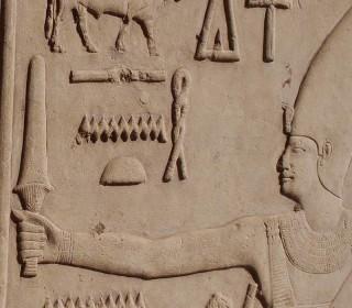 Sesostris I. trägt auf einer Wand seiner Kapelle im Karnak-Tempel ein Sechem-Zepter