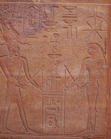 """Die Göttin Seschat zusammen mit Hatschepsut beim """"Strickspannen"""" - eine symbolische Gründungszeremonie eines Tempels Rote Kapelle der Hatschepsut in Karnak Neues Reich, 18. Dynastie"""