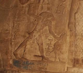 Horus erschlägt Seth, der hier als Esel abgebildet ist Tempel von Karnak
