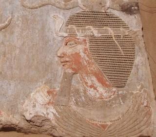 In Elephantine trägt dieser Pharao eine Perücke mit Uräus-Schlange