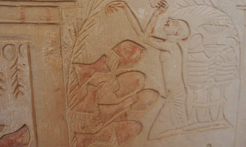 """Nach der Bestattung wurde das """"Zerbrechen der roten Töpfe"""" durchgeführt, bei dem das Geschirr vom Totenmahl zerstört wurde. Die rote Farbe spielt auf den bösen Gott Seth an. Der Lärm der dabei gemacht wurdee, sollte ihn erschrecken und vom dem Grab fernhalten. Grab des Haremhab, Sakkara Neues Reich, 18. Dynastie"""