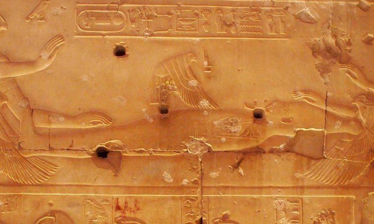 Isis fliegt in ihrer Form als Gabelweihe (Rotmilan) über den Körper von Osiris Tempel von Abydos Neues Reich, 19. Dynastie