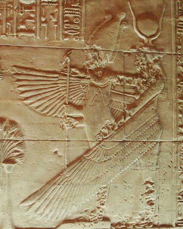 Die Göttin Isis schützt mit ihren Flügeln ihren Gemahl Osiris Tempel von Philae Griechisch-römische Zeit
