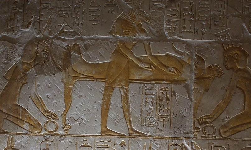 Während Anubis den toten Körper von Osiris einbalsamiert, knien die Göttinen Isis (links) und ihre Schwester Nephthys vor seiner Totenbahre. Ihre Hände sind auf dem Schen-Ring - ein Zeichen für Ewigkeit - gelegt. Grab des Maya Neues Reich, 18. Dynastie