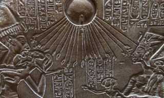 Der Gott Aton hält lebensspendene Ankh-Zeichen an die Nasen von Echnaton und seiner Familie Replik eines Hausschreins Original im Ägyptischen Museum Berlin