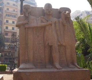Ramses II. zwischen den beiden Göttern Ptah (links) und Sachmet Statue vor dem Ägyptischen Museum Kairo Neues Reich, 19. Dynastie