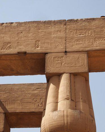 Im Luxor-Tempel sieht man an manchen Stellen noch den auf Echnatons Befehl hin ausgemeißtelten Namen Amuns