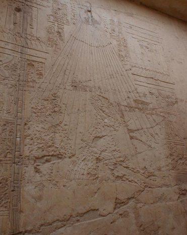Im Grab des Ramose in Theben-West sehen wir Aton über der Königsfamilie. Ihre Gesichter wurden nach ihrem Tod ausgehackt, um ihnen ein Leben nach dem Tod zu verwehren