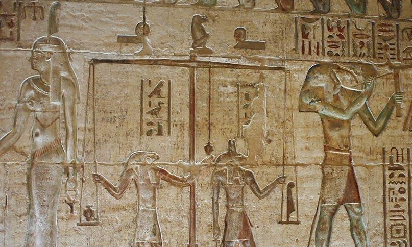 Auf der Waage liegt links das Herz des Verstorbenen und rechts die Feder der Maat. Die Göttin Maat steht links vor dem Verstorbenen (nicht im Bild) Tempel von Deir el Medinah Ptolememäische Zeit