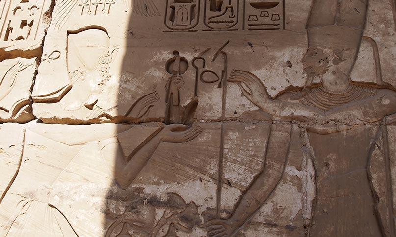 Pharao Ramses IV. überreicht Amun-Re die Maat. Sein Thronname lautet: Herrscher der Maat, ein Re, Auserwählter des Amun