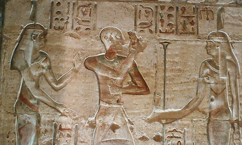Die Göttin Maat sehen wir häufig im kleinen Tempel von Deir el-Medinah. Auf diesem Bild ist sie gleich zweimal abgebildet